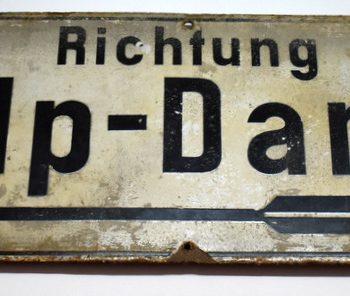 Tablica z dworca kolejowego w Sławnie