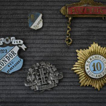 Odznaki stowarzyszeń sportowych.